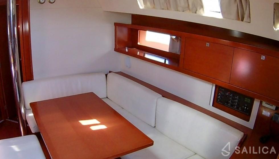 Oceanis 45 in Agios Kosmas Marina - Sailica
