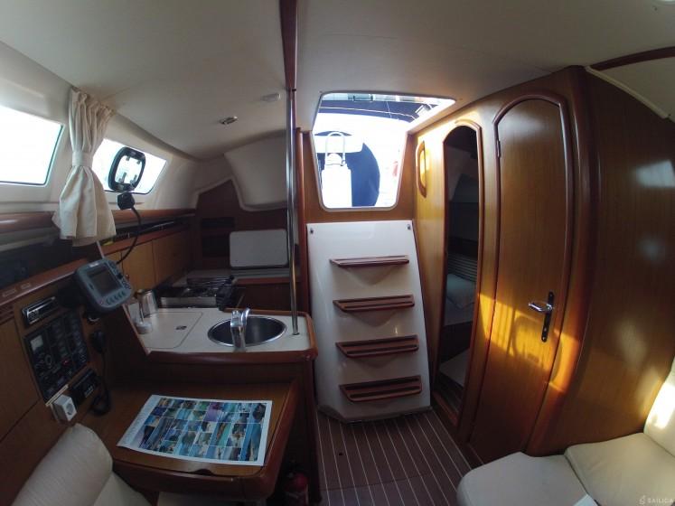JEANNEAU SO 32i - Yacht Charter Sailica
