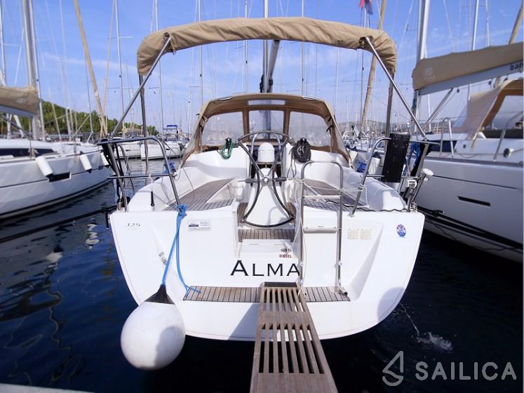 Dufour 325 - Yacht Charter Sailica