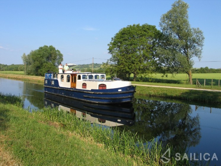 Burgundy 1500 - Yacht Charter Sailica