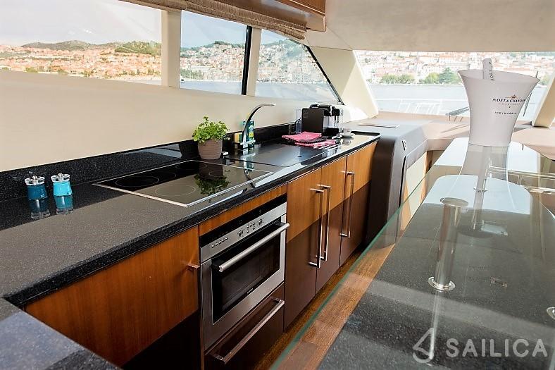 Galeon 640 Fly - Yacht Charter Sailica