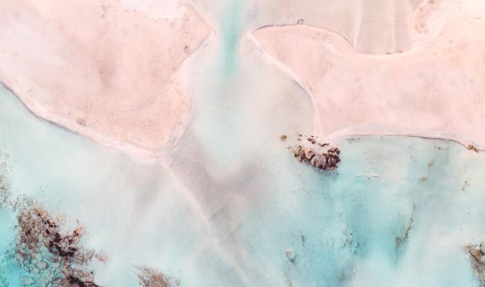 Розовый песок на пляже Элафониси